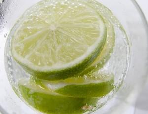寝る前にはレモンやライムなどの酸味のある味を