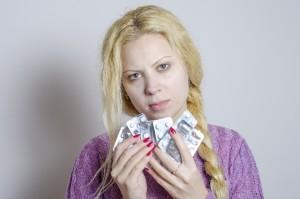 薬を持つ女性
