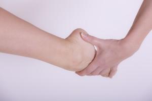 腱鞘炎は病気であり手首や指の一時的な痛みとは根本的な原因が異なります