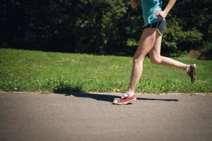 足の筋肉量を増やすためには運動をすることも有効です