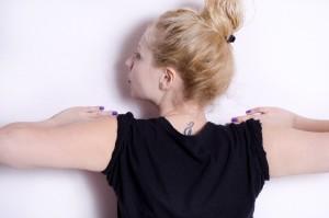 悪化する前に原因を知り、ストレッチやマッサージで背中の痛みを改善しましょう