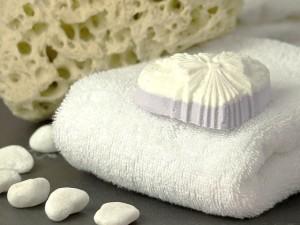 弱酸性水で洗顔をするとお肌が引き締まると言われています