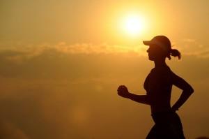 ジョギングしている人が腕のサポーターしているところ!