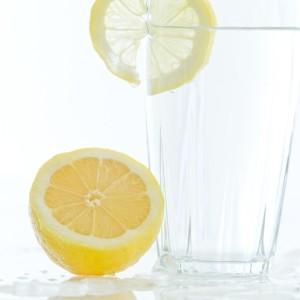 正しい水ダイエットの方法は、多すぎず少なすぎない適切な量の水をこまめに補給すること