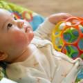 生後6ヶ月にぐずり出すのは歯ぐずりかも。症状とさまざまな対処法