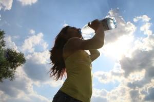 美肌を目指すには、水分補給も忘れずに!