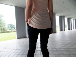 7efe45007e9b0c2251f1dac0b51e62ef_s 女性 後姿 腰 歩く 外出
