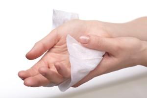 汗の拭き方は濡れたタオルかウェットティッシュで!
