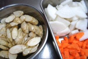d63d5f8e4f1052eae1ff7e604a8bc212_s 牛蒡 大根 人参 ごぼう だいこん にんじん 根菜 野菜 食べ物 食品